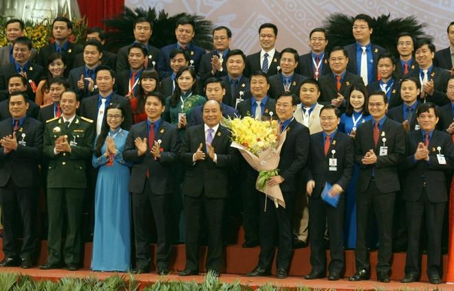 Thủ tướng Nguyễn Xuân Phúc tặng hoa, chúc mừng Ban Chấp hành Trung ương Đoàn khóa XI