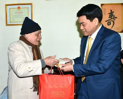 Chủ tịch UBND TP Hà Nội Nguyễn Đức Chung tặng quà gia đình chính sách