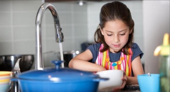 ham gia làm việc nhà đúng độ tuổi có thể giúp trẻ phát triển kỹ năng sống