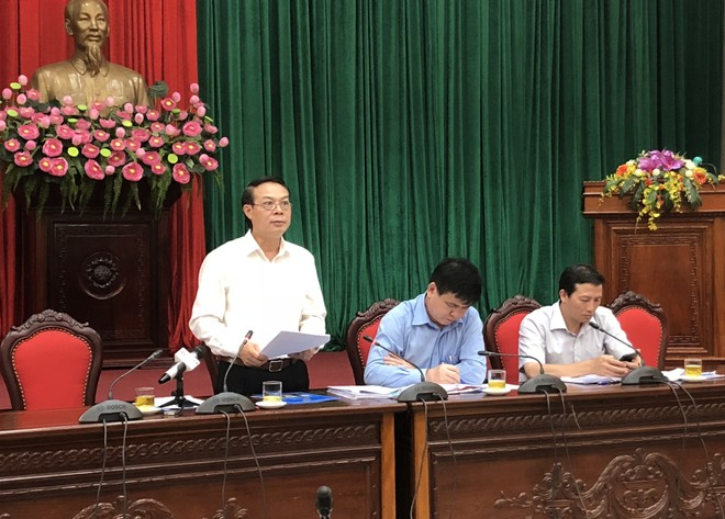 Phó Chủ tịch UBND huyện Gia Lâm Nguyễn Ngọc Thuần báo cáo kết quả phát triển kinh tế xã hội 7 tháng đầu năm