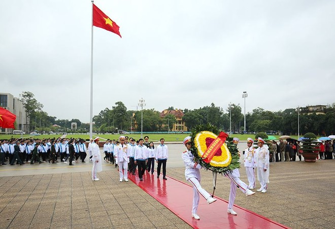 Các đại biểu thực hiện nghi lễ báo công dâng Bác