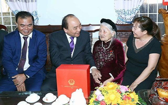 Thủ tướng Chính phủ Nguyễn Xuân Phúc thăm và tặng quà gia đình chính sách dịp Tết năm 2018