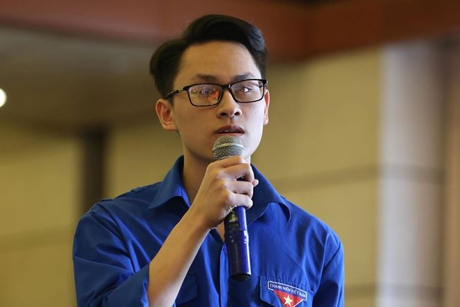 Sinh viên Trần Hữu Vinh đặt câu hỏi tại chương trình