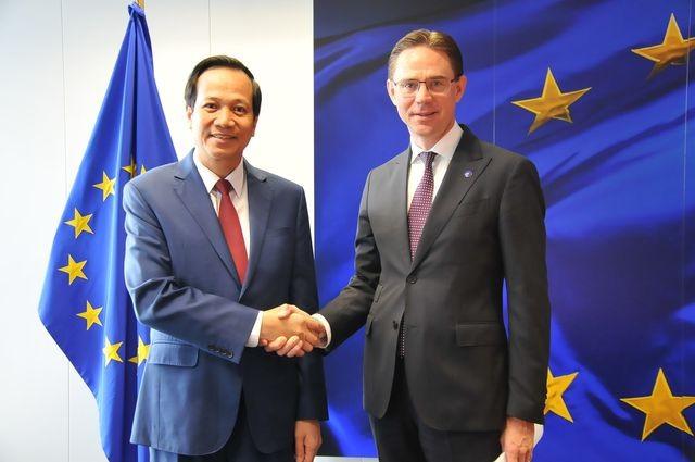 Bộ trưởng Bộ LĐ-TB&XH Đào Ngọc Dung và ông Jyrki Katainen, Phó Chủ tịch Ủy ban châu Âu phụ trách về vấn đề việc làm Ảnh: TTXVN