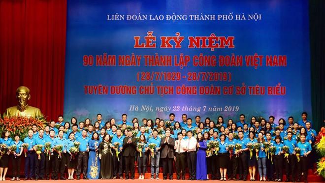 Lãnh đạo TP Hà Nội, lãnh đạo Tổng Liên đoàn Lao động Việt Nam chụp ảnh lưu niệm cùng các Chủ tịch công đoàn cơ sở tiêu biểu.