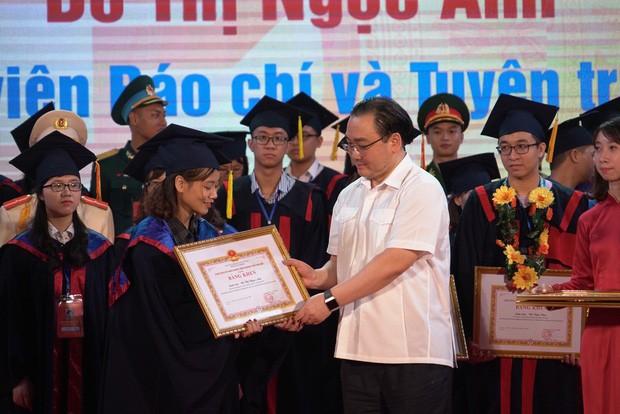 Bí thư Thành ủy Hà Nội Hoàng Trung Hải trao Bằng khen cho các thủ khoa xuất sắc năm 2018