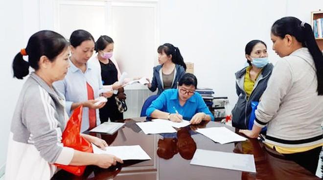 Cán bộ công đoàn tiếp nhận đơn khởi kiện của người lao động