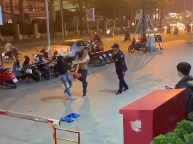 Nam bảo vệ đánh liên tục vào mặt người phụ nữ (Ảnh cắt từ clip)