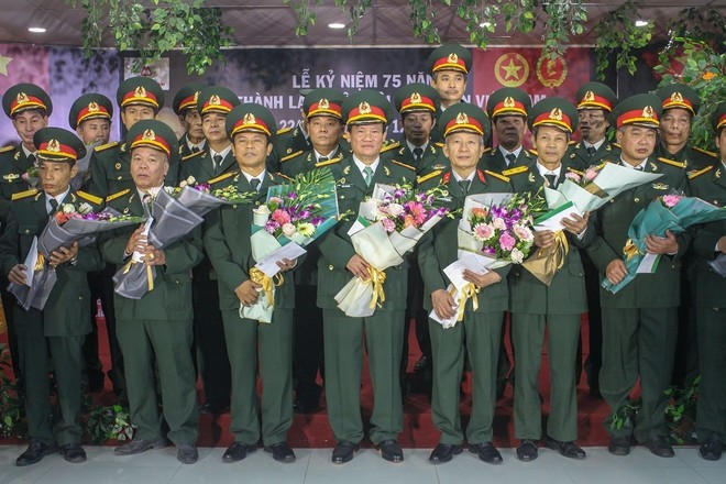 Ban lãnh đạo Tập đoàn Kinh Đô tặng hoa và quà cho các cựu chiến binh