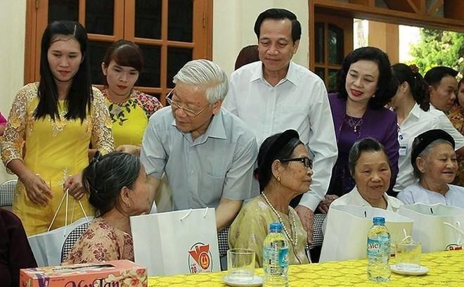 Tổng Bí thư, Chủ tịch nước Nguyễn Phú Trọng tặng quà cho người có công với cách mạng tại Hà Nội