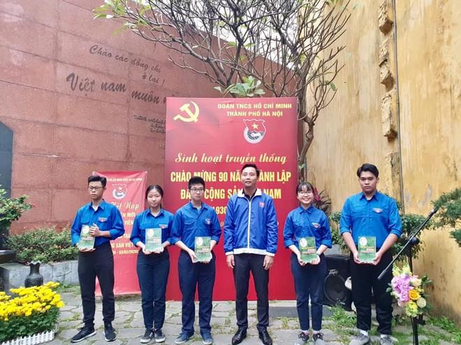Thành đoàn Hà Nội dành tặng cuốn sách ảnh kỷ niệm 90 năm Ngày thành lập Đảng Cộng sản Việt Nam tới các đồng chí là đảng viên