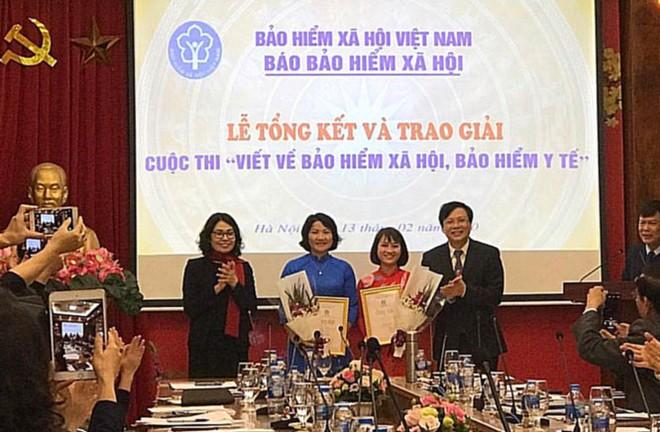 Ban tổ chức trao giải cho hai tác giả có tác phẩm giành giải Nhất