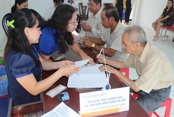 Nhân viên bưu điện chi trả lương hưu và trợ cấp xã hội cho người lao động