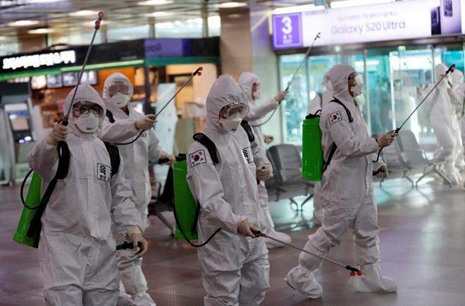 Hàn Quốc khử trùng tại sân bay để ngăn chặn sự lây lan dịch bệnh Covid-19