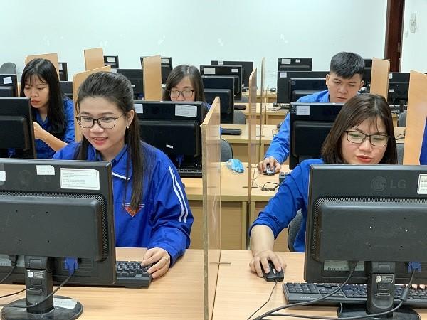 Thí sinh tham gia thi tièm hiểu về 90 năm lịch sử Đảng bộ TP Hà Nội