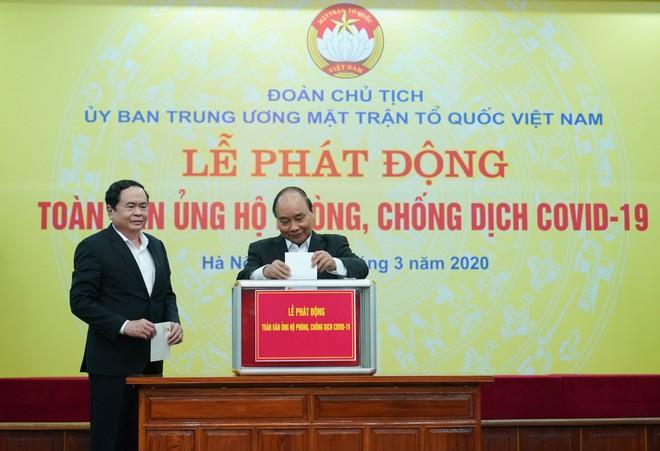 Thủ tướng Nguyễn Xuân Phúc tham gia ủng hộ tại buổi lễ phát động