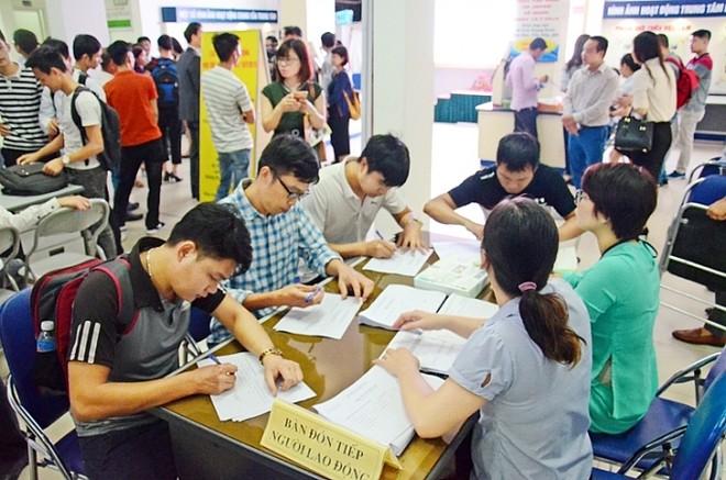 Người lao động tìm kiếm việc làm tại các sàn giao dịch