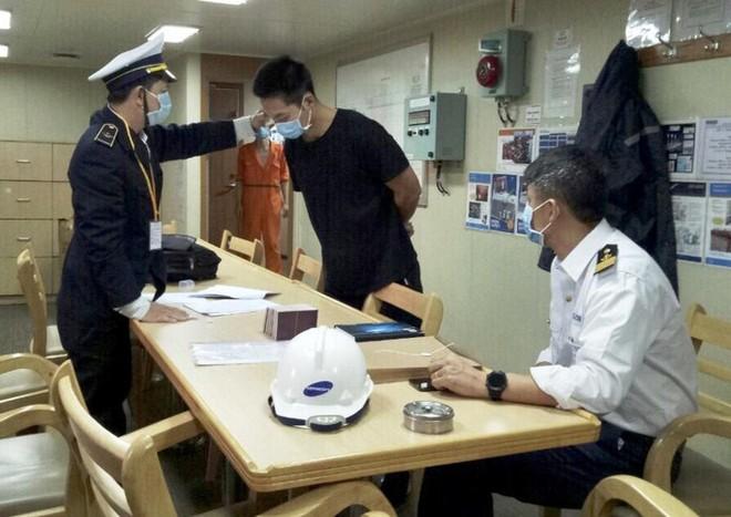Kiểm tra thân nhiệt thuyền viên người nước ngoài làm việc tại cảng Dung Quất