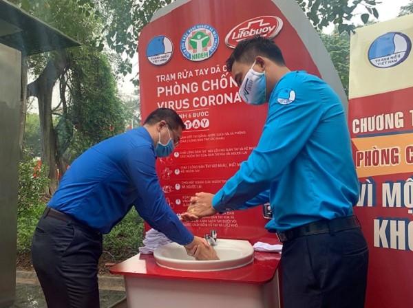 Trạm rửa tay dã chiến đầu tiên được lắp đặt tại khu vực tượng đài Vua Lý Thái Tổ (Hoàn Kiếm, Hà Nội)