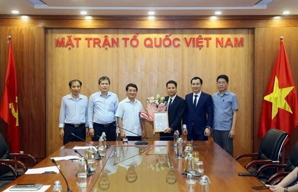 Phó Chủ tịch - Tổng Thư ký Uỷ ban Trung ương MTTQ Việt Nam Hầu A Lềnh trao quyết định tiếp nhận và bổ nhiệm cho tân Phó tổng Biên tập Trương Thành Trung