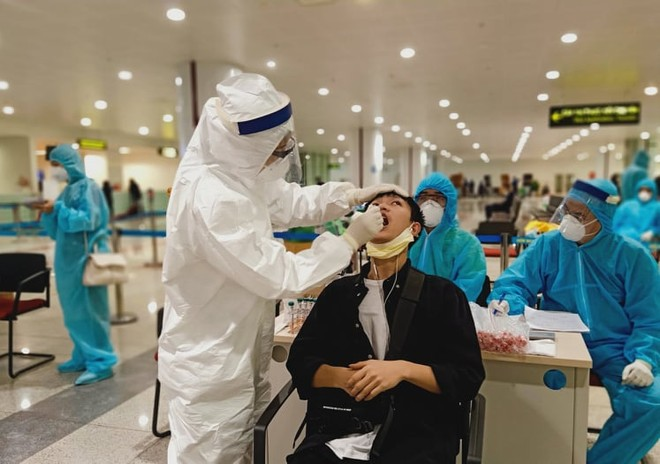 Nhân viên y tế tiến hành lấy mẫu bệnh phẩm của hành khách tại sân bay