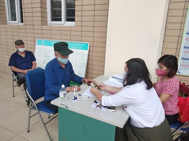 Người dân nhận tiền hỗ trợ tại phường Liễu Giai (Ba Đình, Hà Nội)