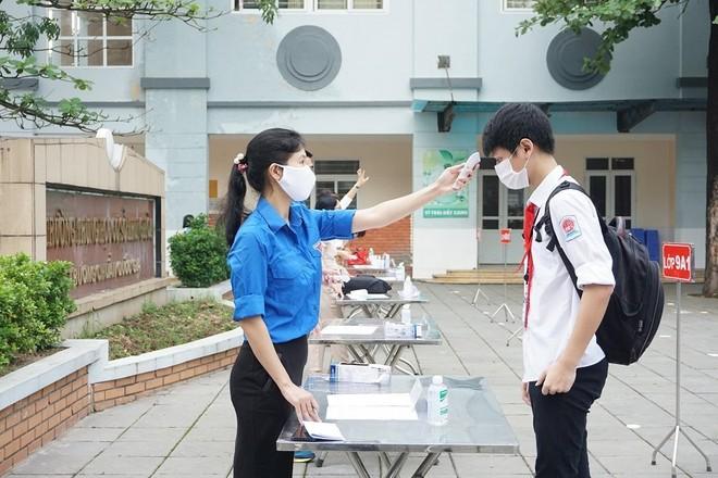Hoạt động kiểm tra thân nhiệt cho học sinh tại quận Cầu Giấy