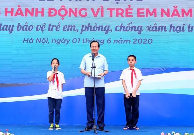 Bộ trưởng Bộ LĐ-TB&XH Đào Ngọc Dung giao lưu với các em học sinh