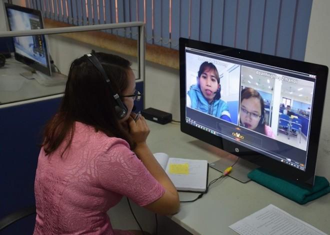 Đại diện doanh nghiệp phỏng vấn online tại sàn giao dịch việc làm Hà Nội