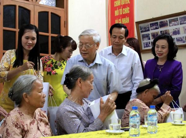 Tổng Bí thư, Chủ tịch nước Nguyễn Phú Trọng tặng quà người có công với cách mạng tại Hà Nội