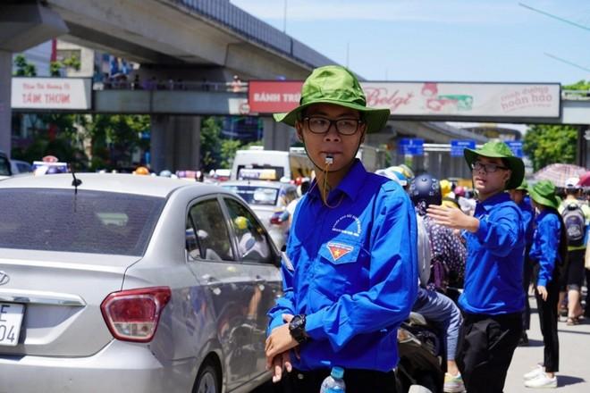 Tình nguyện viên hướng dẫn phân luồng, giảm ùn tắc giao thông tại các điểm thi