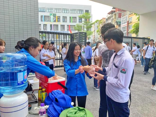 Thanh niên tình nguyện phát nước cho của thí sinh