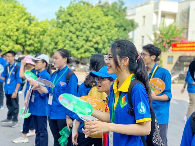Hà Nội: Thanh niên tình nguyện cõng thí sinh vào điểm thi