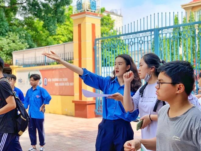Thanh niên tình nguyện hướng dẫn cho thí sinh và người nhà