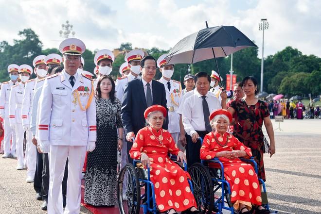 300 mẹ Việt Nam anh hùng vào Lăng viếng Chủ tịch Hồ Chí Minh