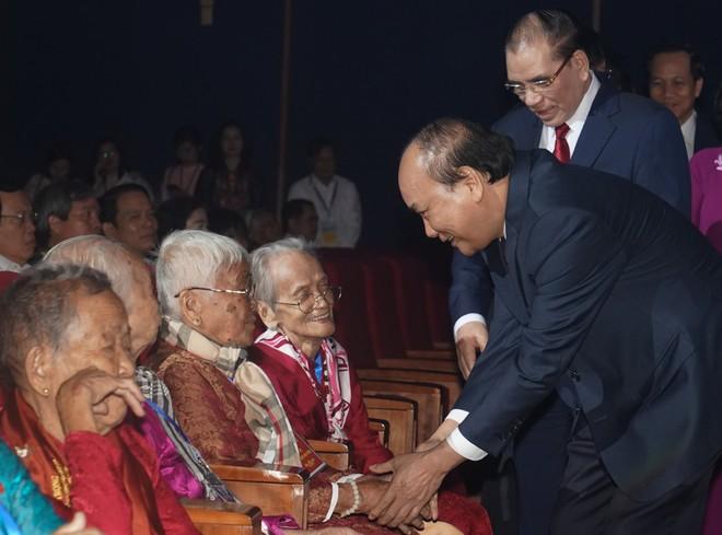 Thủ tướng Chính phủ Nguyễn Xuân Phúc thăm hỏi các mẹ Việt Nam anh hùng tại buổi gặp mặt