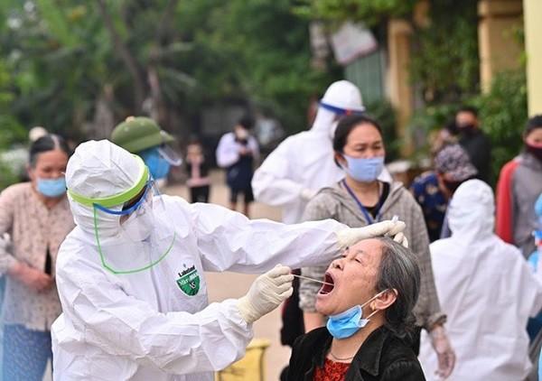 Nhân viên y tế lấy mẫu xét nghiệm Covid-19 cho người dân