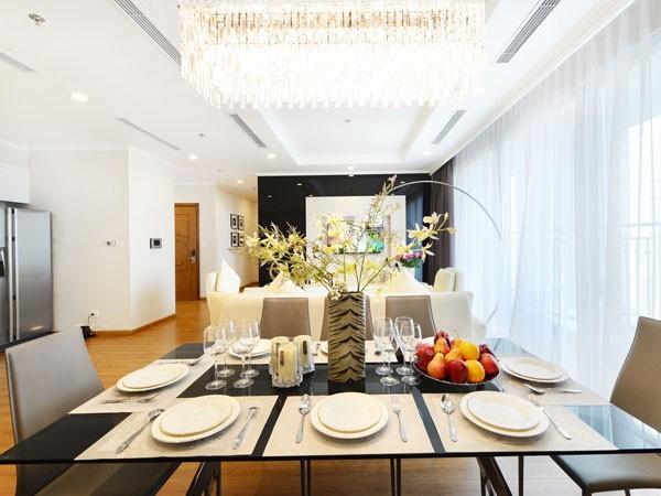 Không chỉ đặt khu căn hộ vào giữa không gian khoáng đạt, thiên nhiên còn được khéo léo dẫn vào mỗi góc nhà.