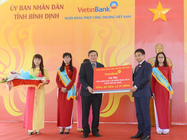 Chủ tịch HĐQT VietinBank Nguyễn Văn Thắng trao tài trợ cho tỉnh Bình Định