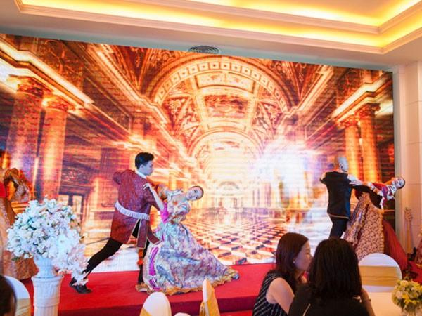 Khách hàng thưởng thức sự kiện mở bán cuối cùng tòa R6 theo phong cách lễ hội hoàng gia.