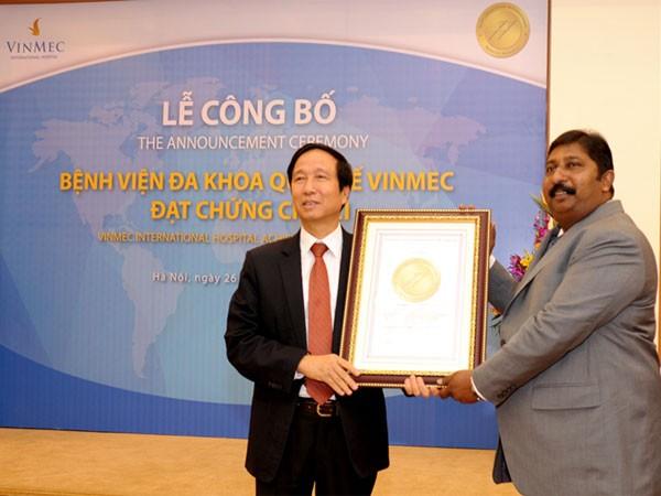 Ông Prabhu Vinayagam – GĐ điều hành JCI Khu vực Châu Á – Thái Bình Dương chính thức trao chứng chỉ JCI cho GS.TS Nguyễn Thanh Liêm – TGĐ Bệnh viện Đa khoa Quốc tế Vinmec