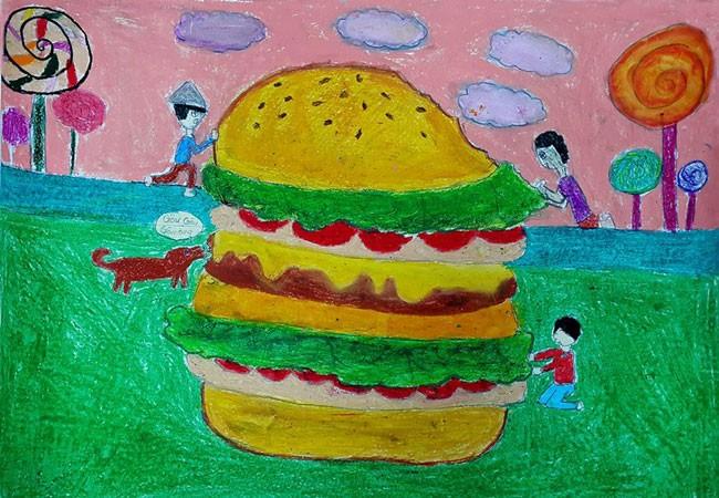 """Theo số liệu thống kê, hiện nay có khoảng 1,3 tấn lương thực bị lãng phí. Số lượng này bằng tổng giá trị sản xuất của cả khu vực Châu Phi. Nếu như chúng ta chia sẻ những thức ăn không sử dụng đến thì Trái Đất sẽ hạn chế được cảnh nhiều người chết vì đói. Bức tranh của ba em học sinh lớp 10A4 là Thảo Vy, Minh Phương và Diễm My với chủ đề """"Hamburger cứu rỗi"""" thể hiện thông điệp cùng sẻ chia nguồn lương thực, tiết kiệm thực phẩm rất sinh động."""