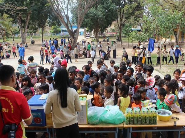 Các tình nguyện viên chia nước cho các em nhỏ