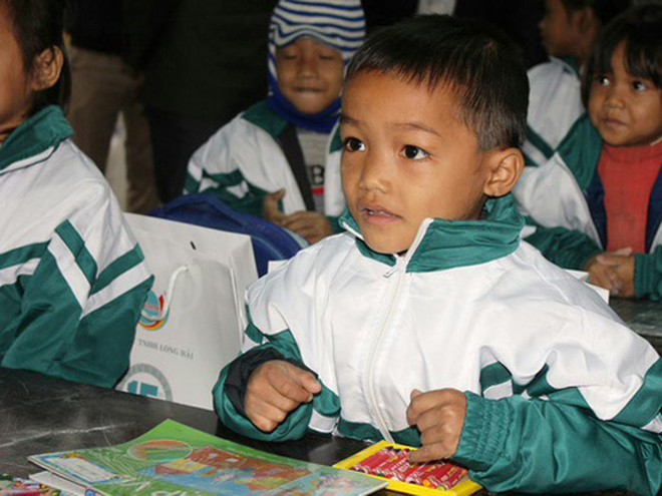 Em nhỏ dân tộc Vân Kiều ấm áp trong món quà của Quỹ Tấm lòng Việt.