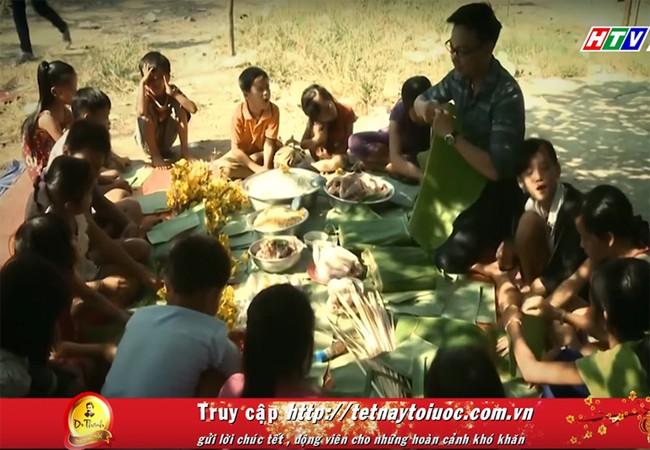 """Những đứa trẻ nghèo cùng nhau gói bánh tét sau khi nhận được phần quà của """"Tết này tôi ước""""."""
