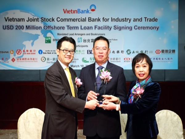 Đại diện VietinBank, BNP Paribas và Taipei Fubon Commerical Bank t rao kỷ niệm chương của lễ ký kết