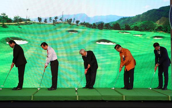 Các đại biểu thực hiện nghi thức khai trương sân Golf.