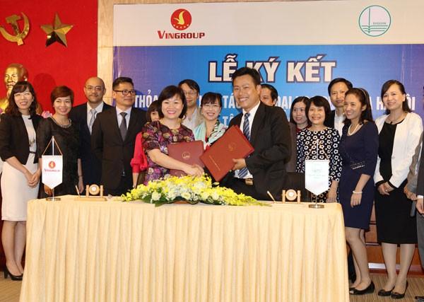 Bà Dương Thị Mai Hoa - Tổng Giám đốc Tập đoàn Vingroup và PGS.TS Lê Quân - Phó Giám đốc ĐH Quốc Gia Hà Nội trao đổi cam kết hợp tác giữa 2 đơn vị.
