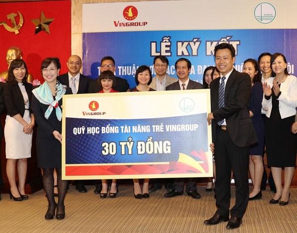 Phó Chủ tịch Tập đoàn Vingroup bà Lê Mai Lan trao tấm biển biểu trưng Quỹ học bổng tài năng trẻ cho PGS.TS Lê Quân - Phó Giám đốc ĐH Quốc gia Hà Nội.