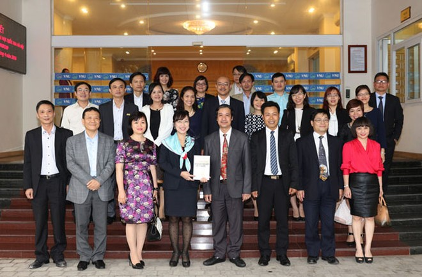 Lãnh đạo Tập đoàn Vingroup và ĐH Quốc gia Hà Nội chụp ảnh lưu niệm sau Lễ ký kết